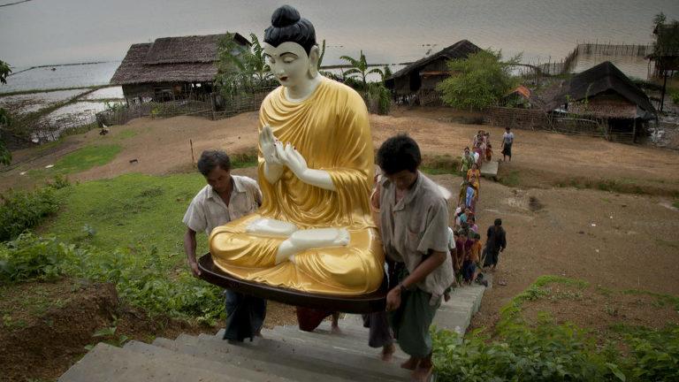 Birmanie, le pouvoir des moines / Burma, the Power of Monks Missionaire bouddhiste / buddhist missionary